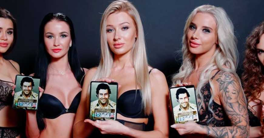 Escobar promoviše svoj novi Fold telefon reklamom Sexy girls not included