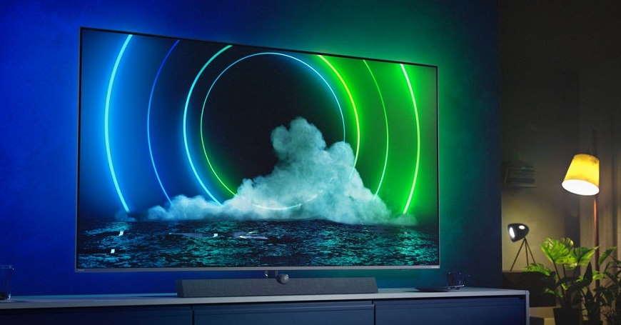 Philips TV s Ambilight osvjetljenjem koje u plavoj i zelenoj boji sa ekrana prelazi na zid u pozadini